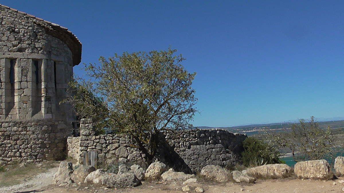 """Sur la falaise qui nous ramène à Leucate, nous apprécions la restauration du """"Fort de la Haute Franqui"""" qui date du 18ème siècle. Comparaison entre son état en 1980 et celui d'aujourd'hui... Ces forts (deux autres n'existent plus) indiquent que cette falaise a été un poste d'observation."""