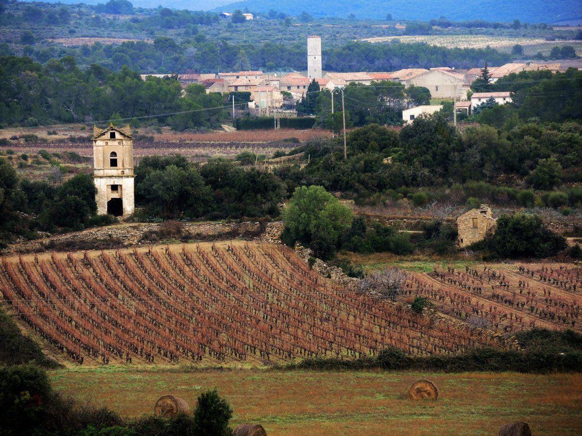 Vue sur Vialanove, avec son réservoir et à l'avant-plan, un ancien pigeonnier sur le territoire de Babio
