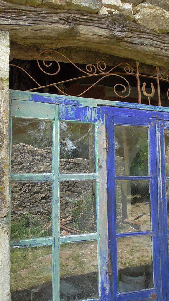 De la vieille pierre, des toiles d'araignée, des essais de peinture et de ferronnerie et des reflets. L'art à Copujol!