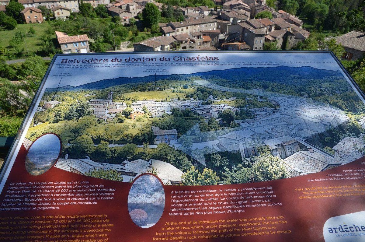 Du belvédère nous avons une vue imprenable sur le cratère de Jaujac et le village dont une partie des habitations est construite sur une ancienne coulée de lave.