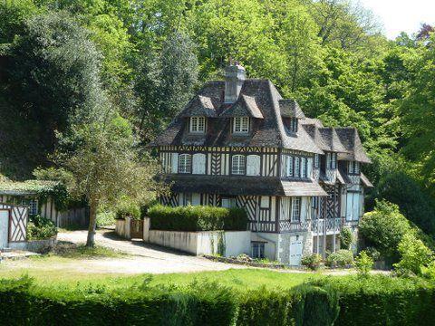 Le manoir de la Cour-Brûlée construit en 1864, appartenant à Madame Lydie Aubernon de Neville et loué plusieurs années à Madame  Straus.