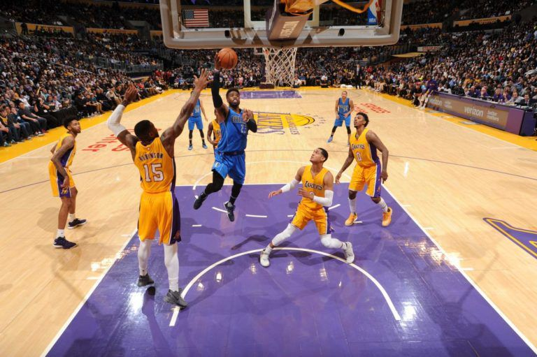 Les Mavericks dominent les Lakers au Staples Center