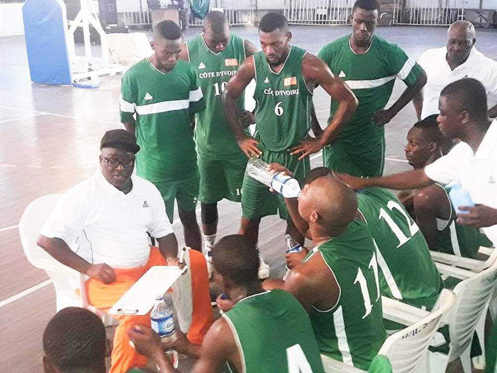 Le coach Olivier Tea durant un temps-mort du match Burkina Faso vs Côte d'Ivoire
