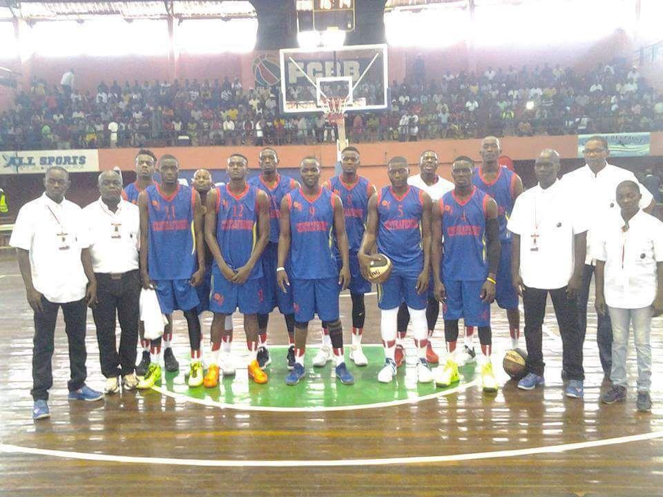 Alors que le président de la Fédération Centrafricaine de Basketball n'a cessé de marteler à la presse locale que son bureau se prépare à un véritable renouveau en mettant l'accent sur la formation des jeunes, la réalité est toute autre. En effet, la République Centrafricaine éliminée pour la deuxième fois consécutive au tournoi qualificatif de la Zone 4, est bien candidate à une invitation pour prendre part à la phase finale de l'Afrobasket 2017, prévue en Angola cet été. Il faut noter que le pays a déjà bénéficié d'une wild card de FIBA Afrique pour participer à l'Afrobasket 2015 à Tunis, mais les Fauves ont terminé à l'avant dernière place du tournoi sur les 16 équipes qualifiées. Décidément au pays de Barthélémy Boganda, le ridicule ne tue pas, on prend les mêmes et on recommence.