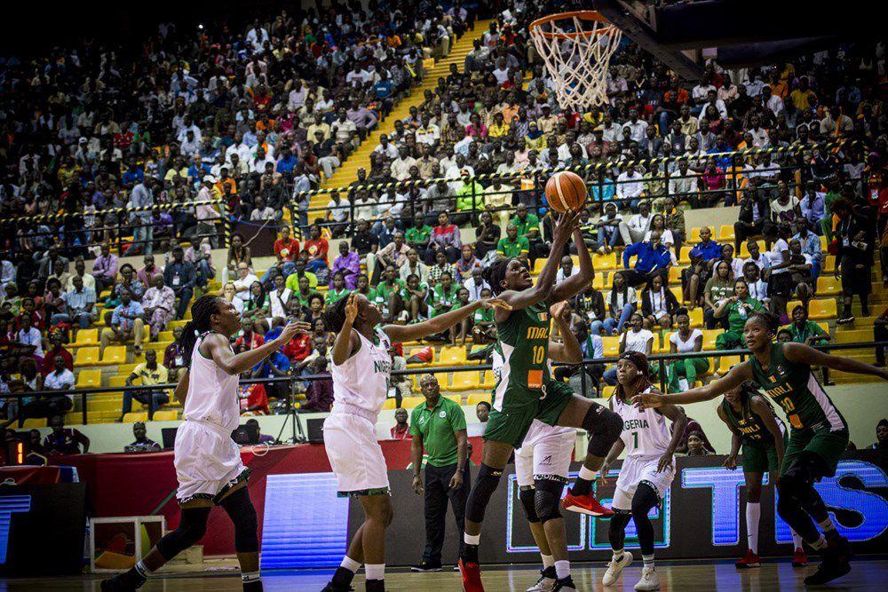 Le Nigéria a chaud mais s'en sort bien au palais des sports Salamatou Maïga de Bamako.