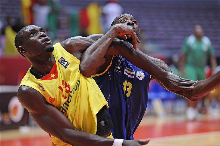 Boris Siakam (à gauche) en action contre le Gabon lors du FIBA AfroBasket 2015