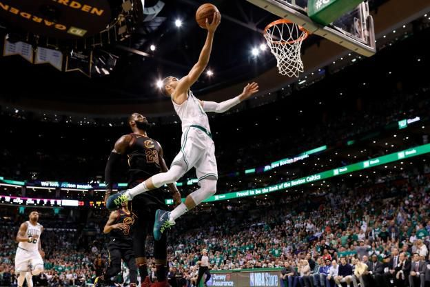 Jayson Tatum s'envole devant LeBron James impuissant face aux Boston Celtics mercredi. (Reuters)