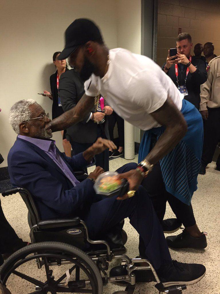 LeBron James en grande conversation avec le légendaire des Celtics Billl Russell, l'homme le plus titré de l'histoire de la NBA