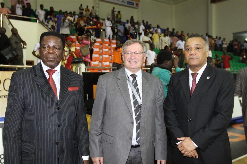 Dieudonné Eseka Mabusa (photo de gauche) avec le président sortant de la FIBA, Yvan Mainini (au centre) et l'actuel directeur régional de FIBA Afrique, Alphonse Bile, lors de la finale de la FIBA AfroBasket Women 2011 à Bamako, au Mali.