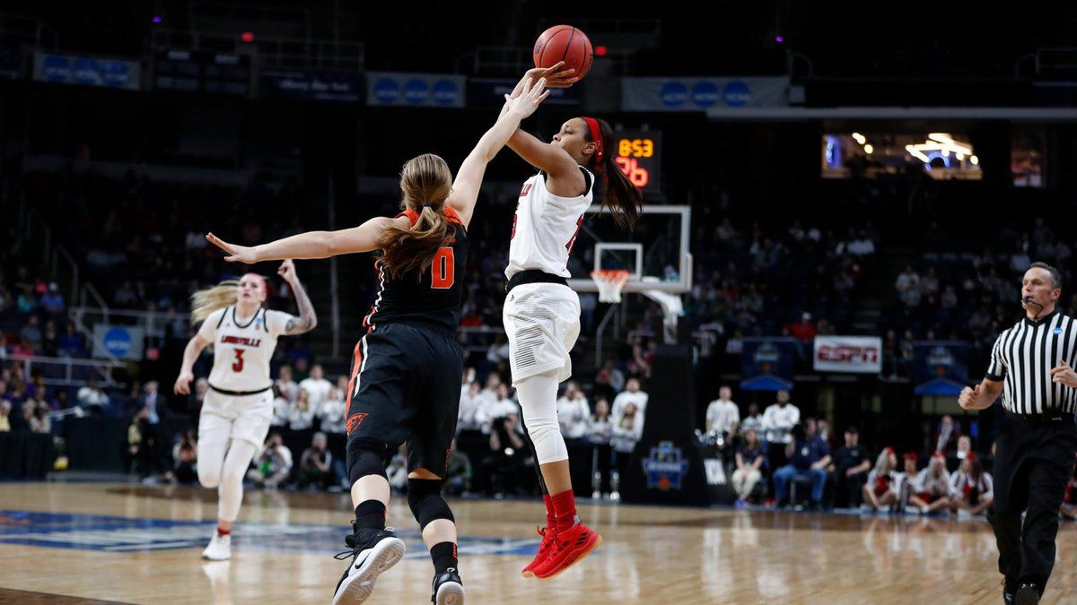 March Madness : UConn a eu chaud face à UCLA et croisera Louisville pour une place au Final Four