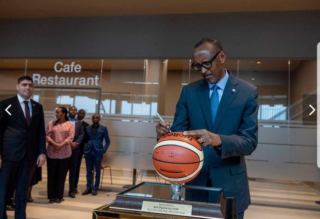 Faire Un Demi Terrain De Basket le président rwandais paul kagame inaugure l'aréna
