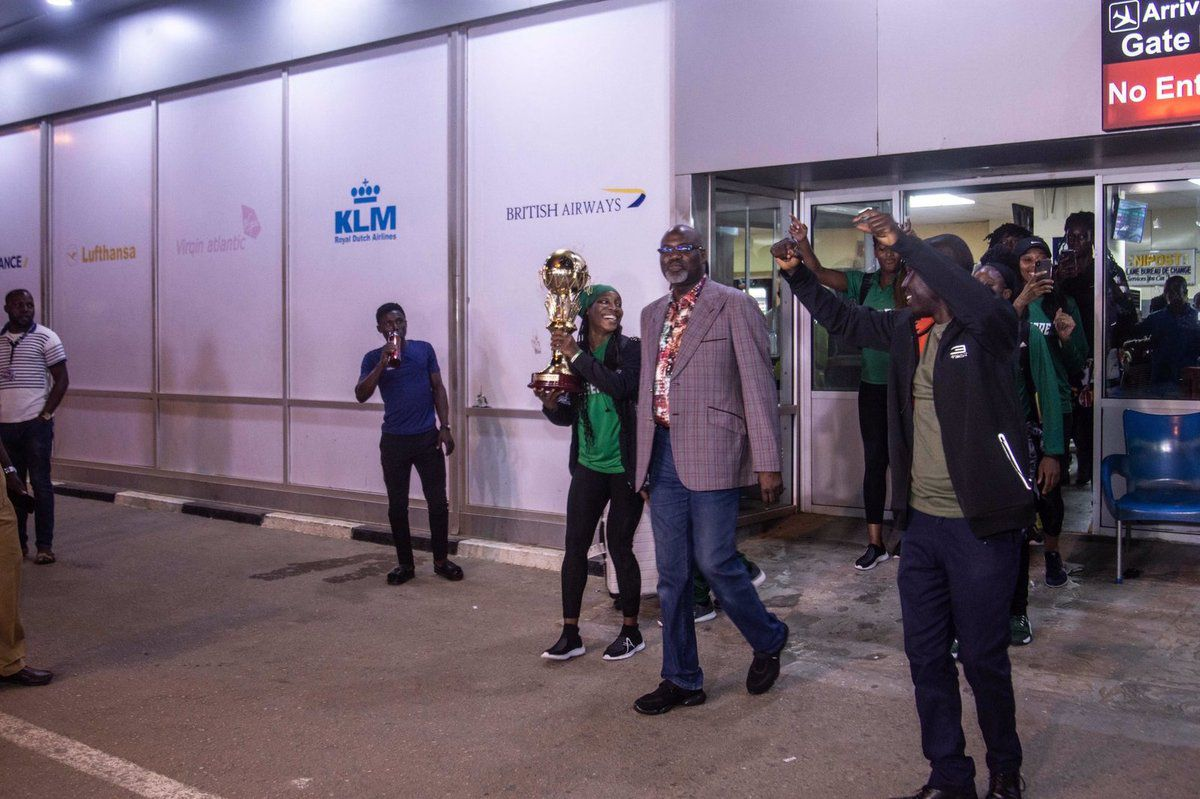 Les D'Tigress accueillies à l'aéroport Murtala Muhammed de Lagos par des tambours et trompettes