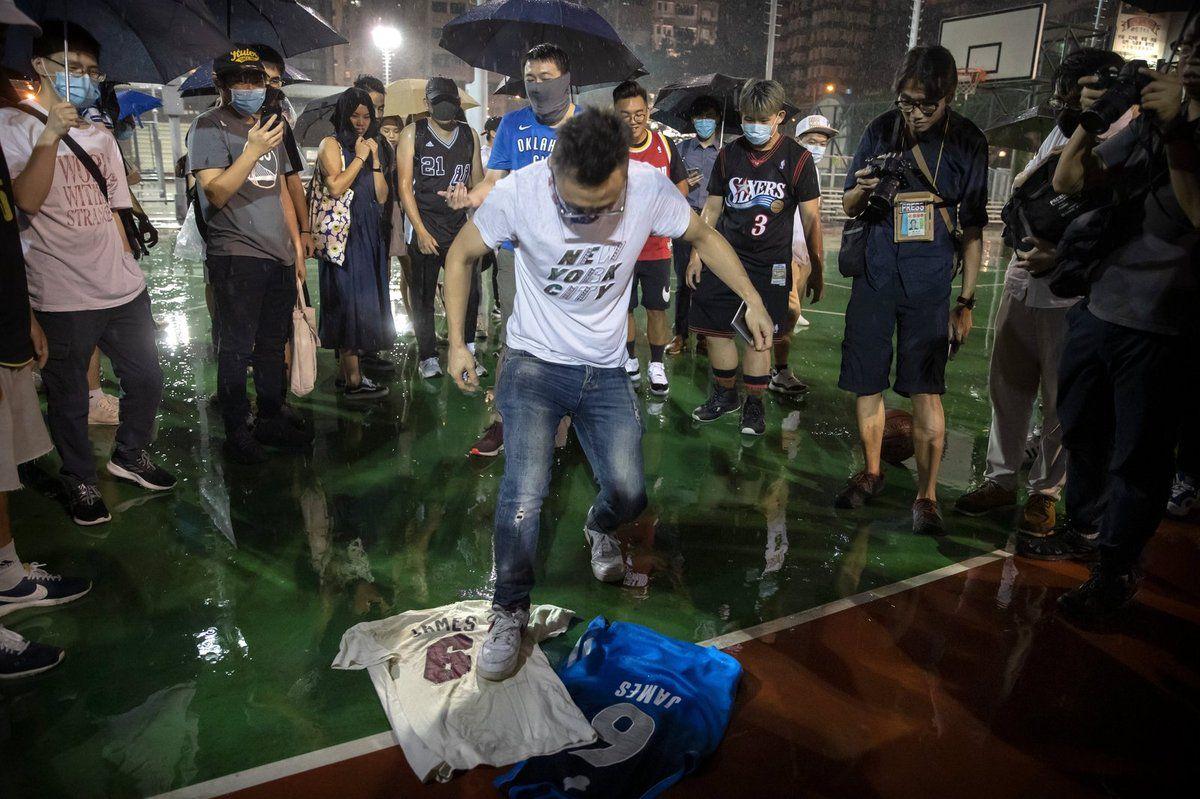 Des opposants à Pékin brûlent les maillots de LeBron James à Hong Kong
