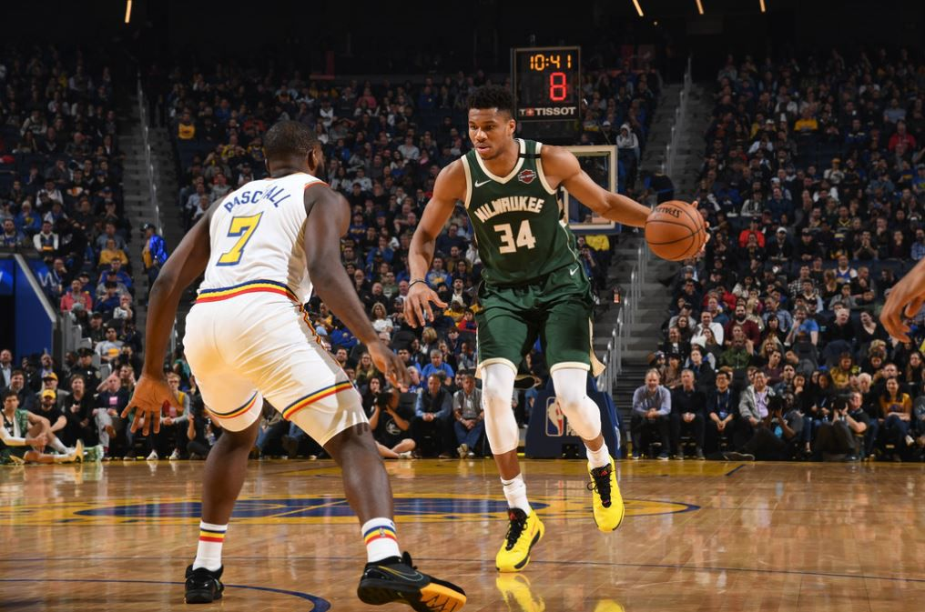 Giannis Antetokounmpo mène les Bucks face aux Warriors