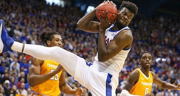NCAA : Udoka Azubuike propulse Kansas face à Tennessee avec un double-double
