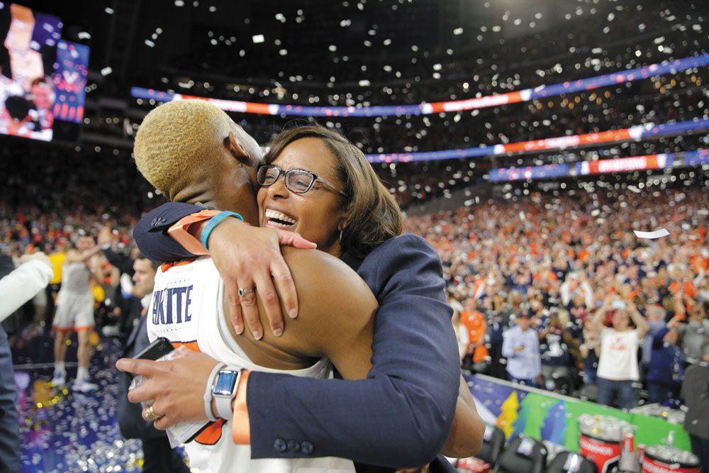 La directrice sportive de UVA Carla Williams célèbre avec Mamadi Diakité le titre de champion NCAA remporté par Virginia à Minneapolis en 2019. (Photo de Matt Riley, UVA Athletics)