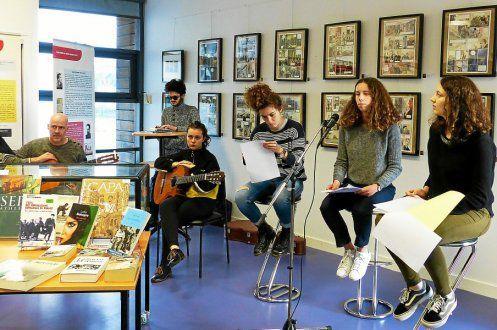 Quatre lycéens de l'Élorn à la lecture, le guitariste Hervé Lauret et des élèves de l'école de musique à l'accompagnement musical. Le projet Recuerdos se déclinera en format original, mercredi, à la médiathèque. © Le Télégrammehttp