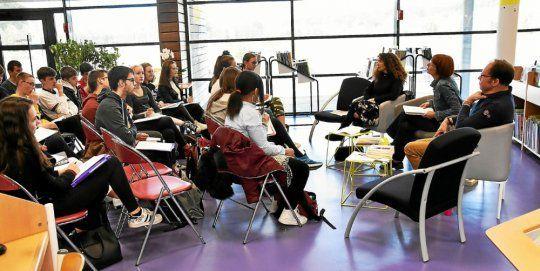 Jeudi matin, à la médiathèque, Véronique Délira (professeur documentaliste), Adeline Joly (librairie les Passagers du livre) et Éric Le Hir (médiathèque) ont dressé des présentations générales des quatorze romans en lice aux 33 lycéens de l'Elorn volontaires au concours de critique de la Région.