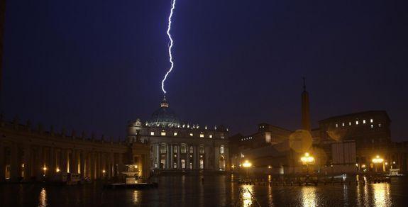 Le fameux impact de foudre qui s'est abattu sur le paratonnerre du faîte de la coupole de la basilique Saint-Pierre au Vatican dans la soirée du 11 février 2013