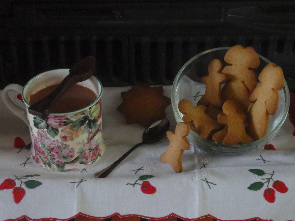 Chocolat chaud miel et épices et biscuits aux noix