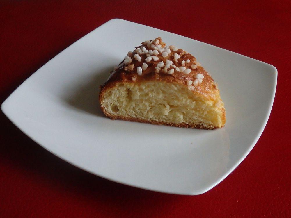 Deux versions de ce gâteau des rois : un avec du sucre en grains et l'autre avec du sucre en grains et des  pépites de chocolat noir