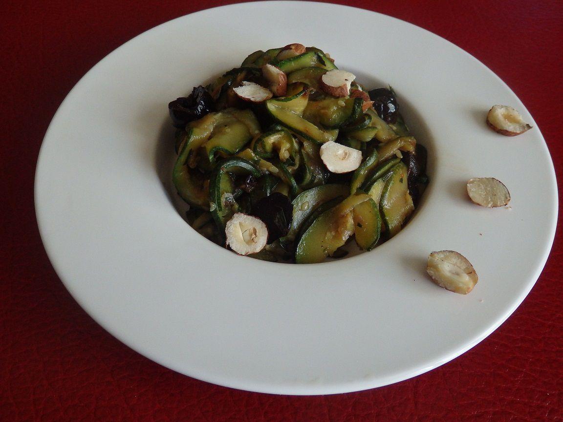 Courgettes sautées à l'estragon, noisettes et olives