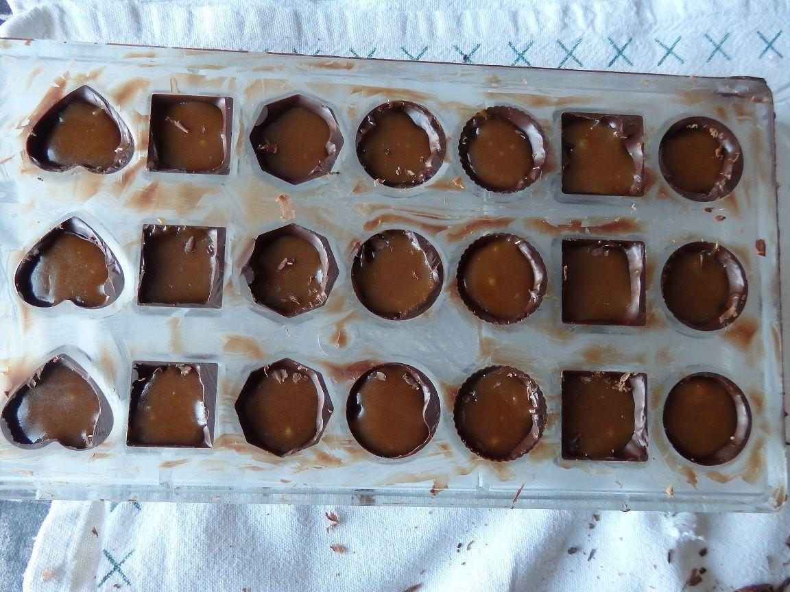 Le moule avec le fourrage des chocolats