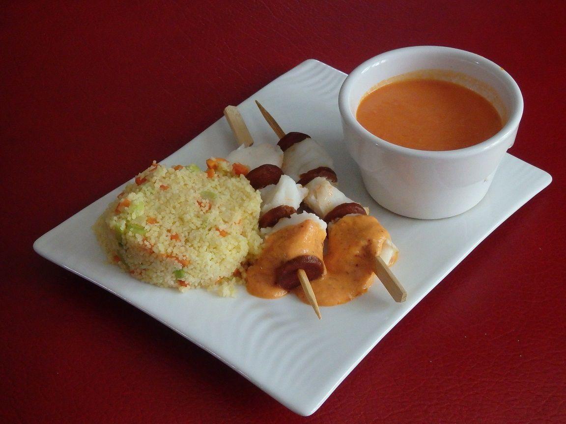 Brochettes de cabillaud chorizo, semoule aux légumes et velouté poivron tomates et feta