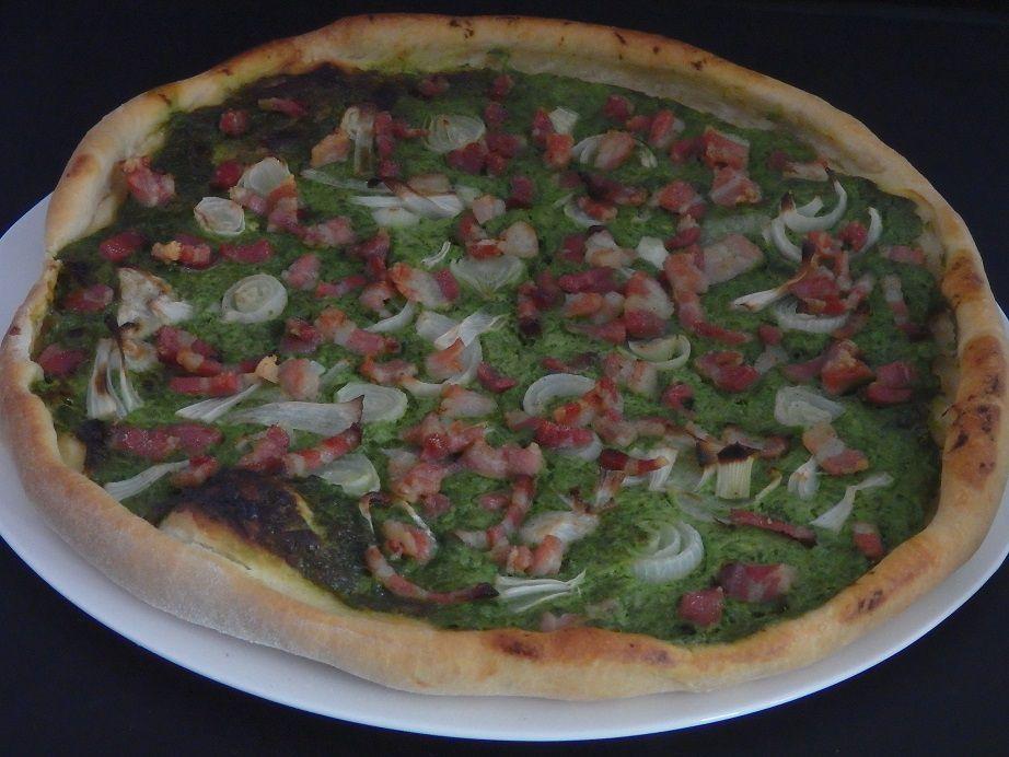 Pizza à l'ail des ours, lardons et crème fraiche