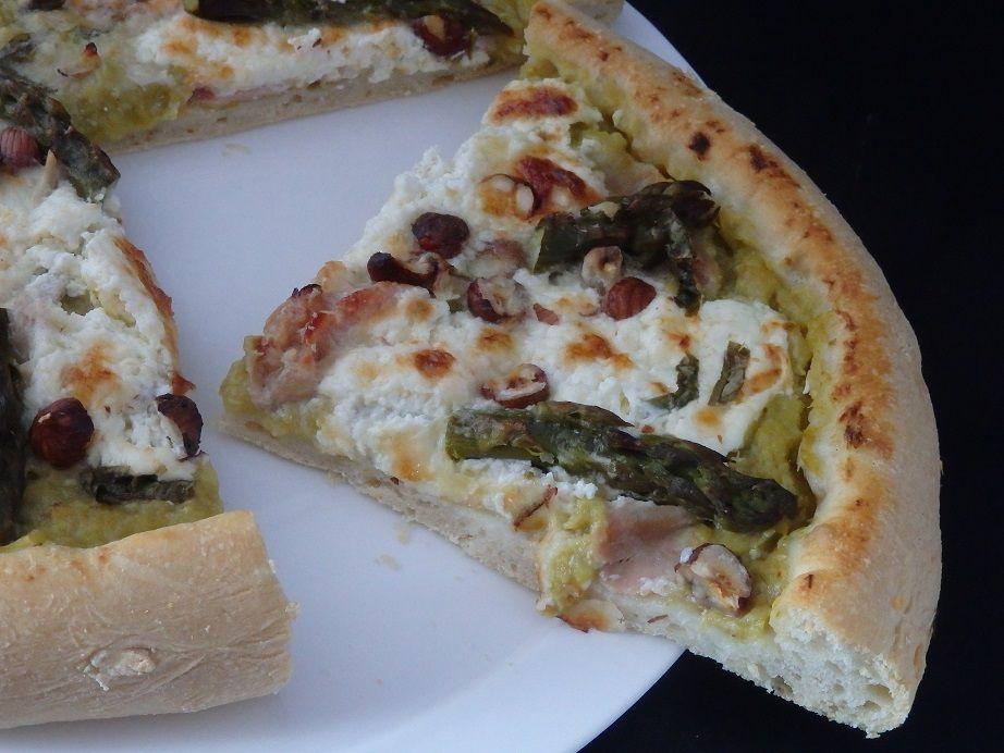 Pizza au caviar d'asperges vertes et burrata