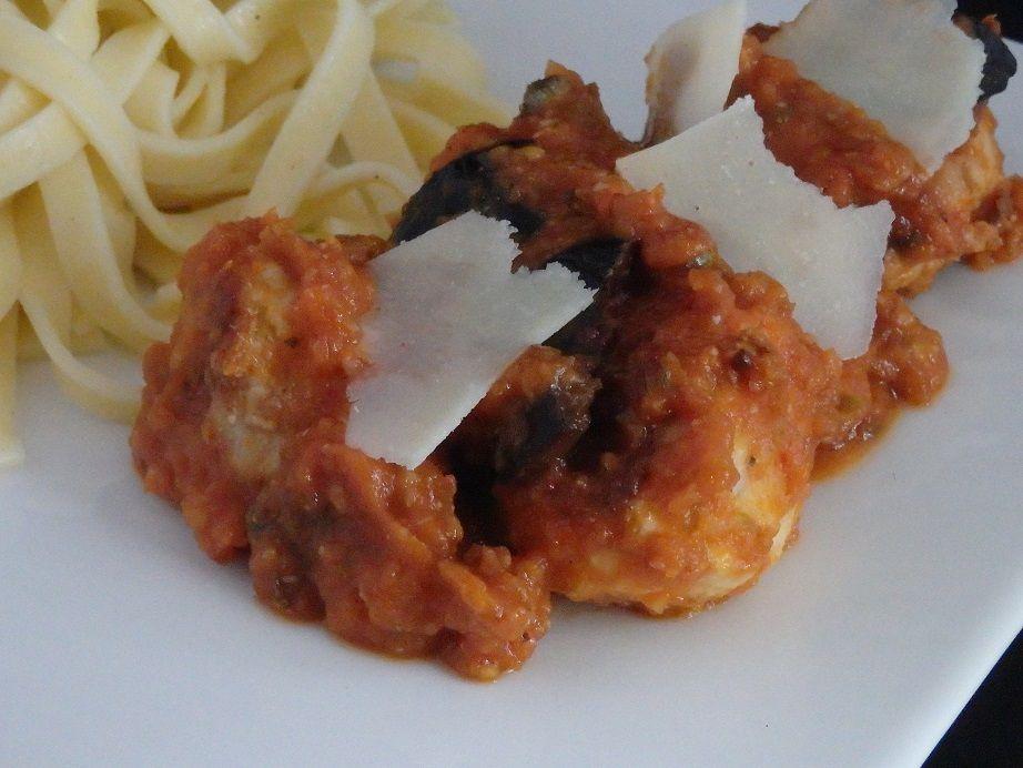 Boulettes ou polpettes de poulet, mozzarella, olives noires et basilic