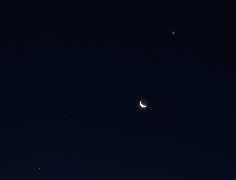 Jupiter - Mars - la Lune - Vénus, et, au dessus de cet ensemble, Régulus. Heure 7h12. Tpose : 2,5s