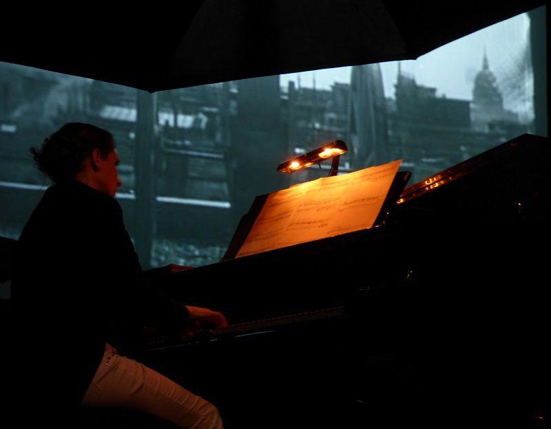 Julie Traouën (Pianiste) - en fond de scène, extrait d' 'Entr'acte'