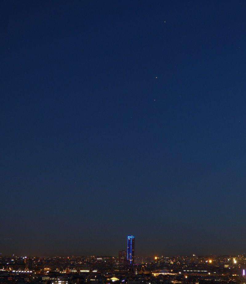L'alignement de Saturne, Mars et Antarès au dessus de Paris, pris un peu plus tôt à 21h30.