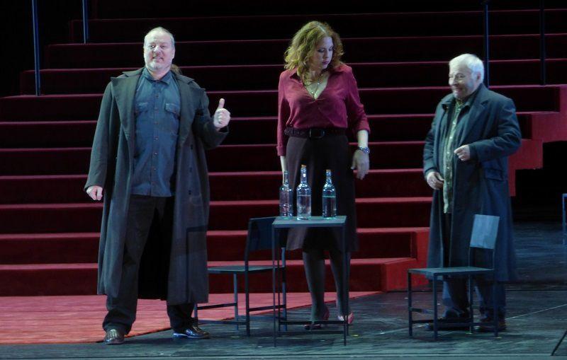 Evgeny Nikitin (Varlaam), Elena Manistina (L'aubergiste) et Peter Bronder (Missaïl)