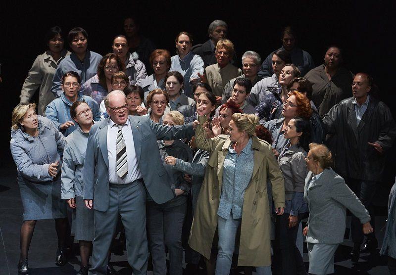 Martin Gantner (Telramund) et Simone Schneider (Elsa) - Photo Oper Stuttgart