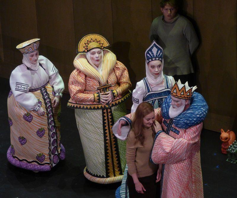Bernarda Bobro (Povarikha), Carole Wilson (Babarikha), Stine Marie Fischer (Tkatchikha), Svetlana Aksenova (Militrisa), Ante Jerkunica (Tsar Saltan) et Bogdan Volkov (Gvidon)
