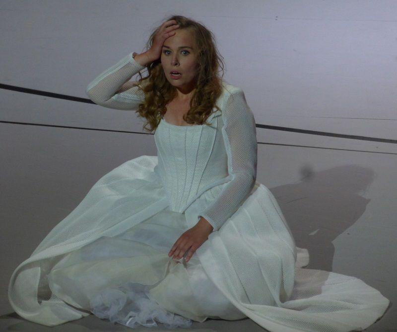 Elsa Dreisig (Elvira)
