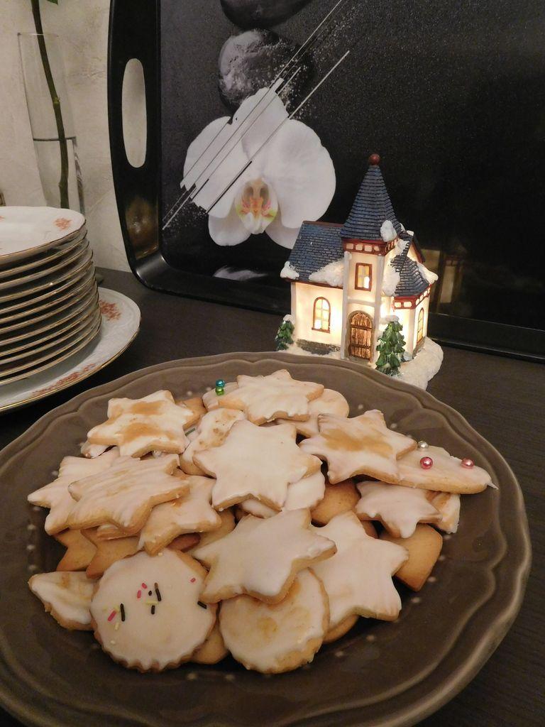 Des petits biscuits glacés anisés de toute les formes pour attendre Noël.