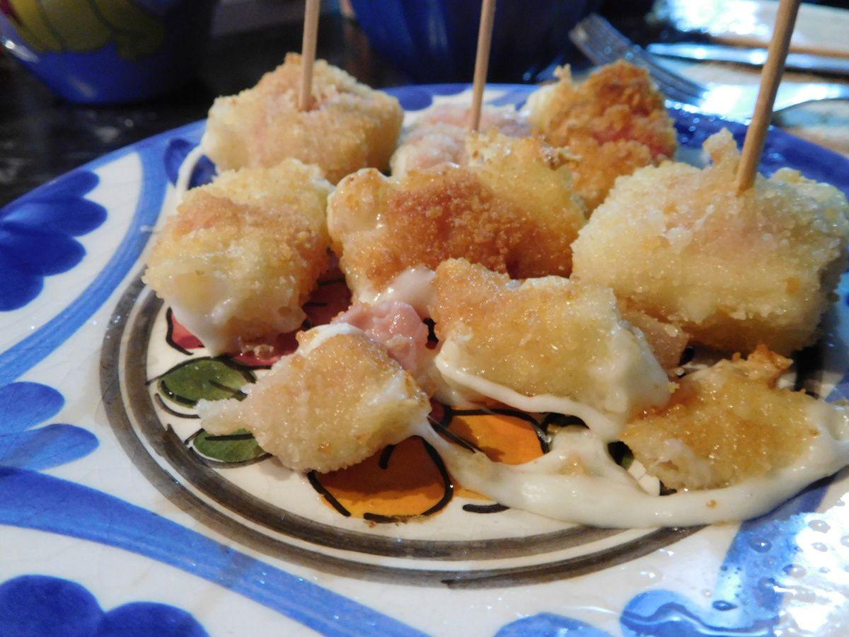 Des beignets tout chauds à la mozzarella fondante et au jambon