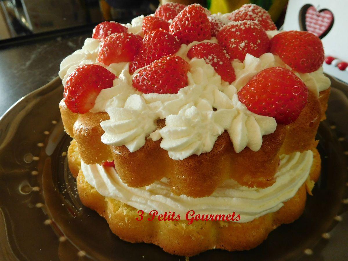 Le gâteau fête des mères : une génoise, des fraises, de la Chantilly.