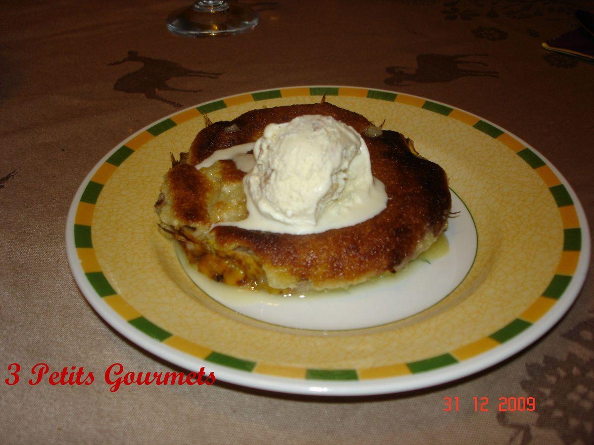 Gratin d'ananas et poire caramélisés, avec une boule de glace à la vanille.