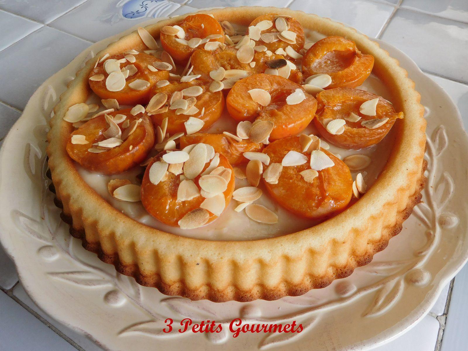 Des abricots rôtis sur une crème pâtissière pralinée et un biscuit financier