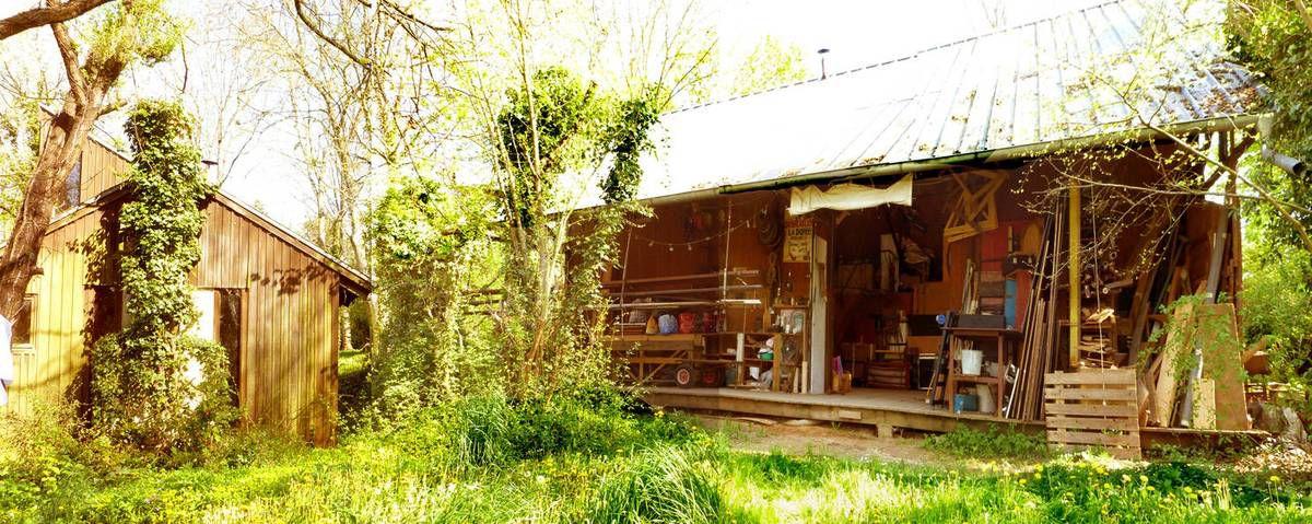 Les ateliers de la compagnie sont dissimulés au milieu des bois d'Augerville-la-Rivière, dans le Loiret. Source : http://www.ateliers-du-spectacle.org/la-compagnie/