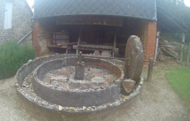 Dans l'actuel Hameau du Bas Bésier/Prieuré Saint Ortaire on peut voir de nombreuses pierres posées un peu partout sur les murs et murets