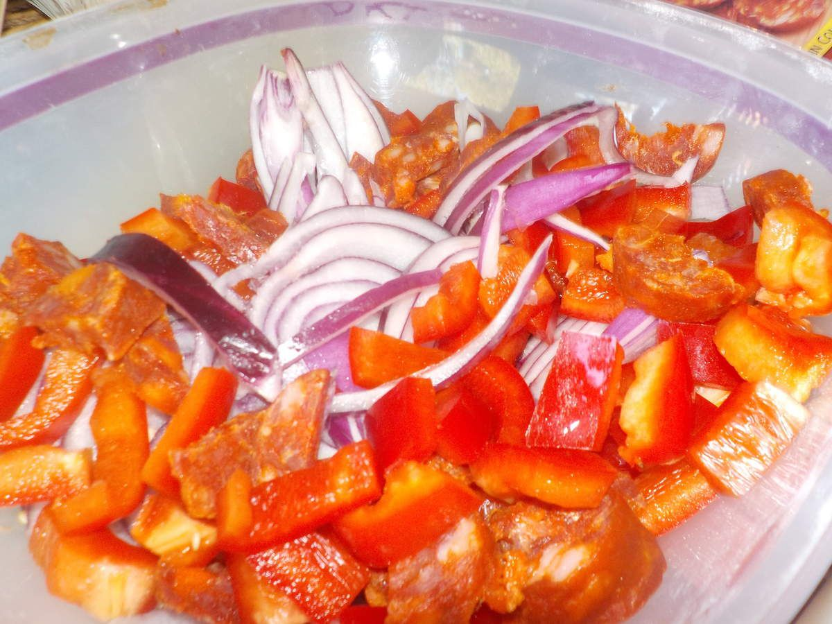 Quiche sans pâte chorizo, oignon rouge frais, poivron rouge.