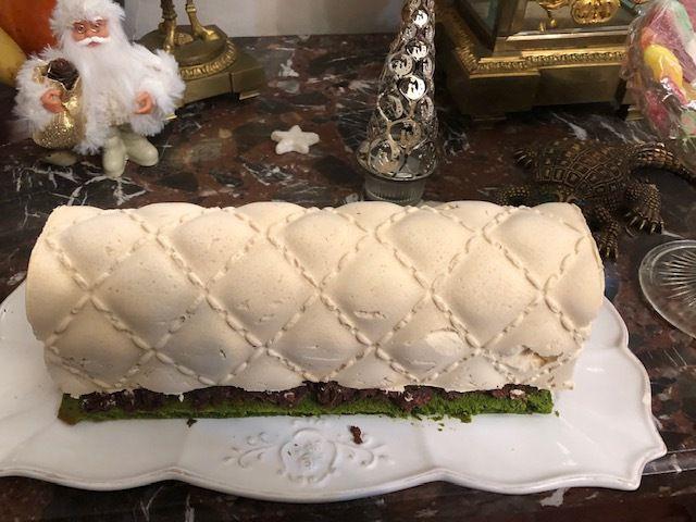 Ma bûche de Noël : Buche chocolat Dulcey-blond griotte biscuit pistache .