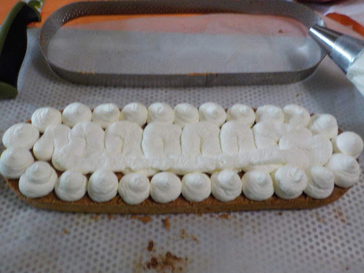 Un dessert pour la Pentecôte une tarte aux fraises maison .