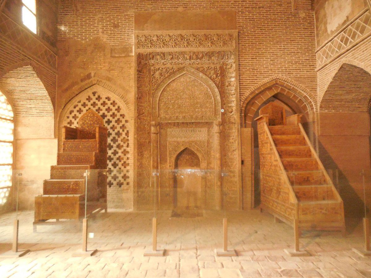 mosquées : entrée, cour intérieure, iwans, coupole, minarêts, colonnes , minbar et mihrab