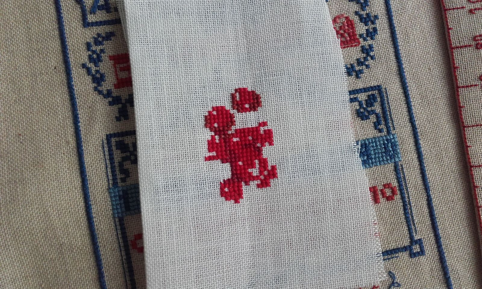 Broderie rouge en cours